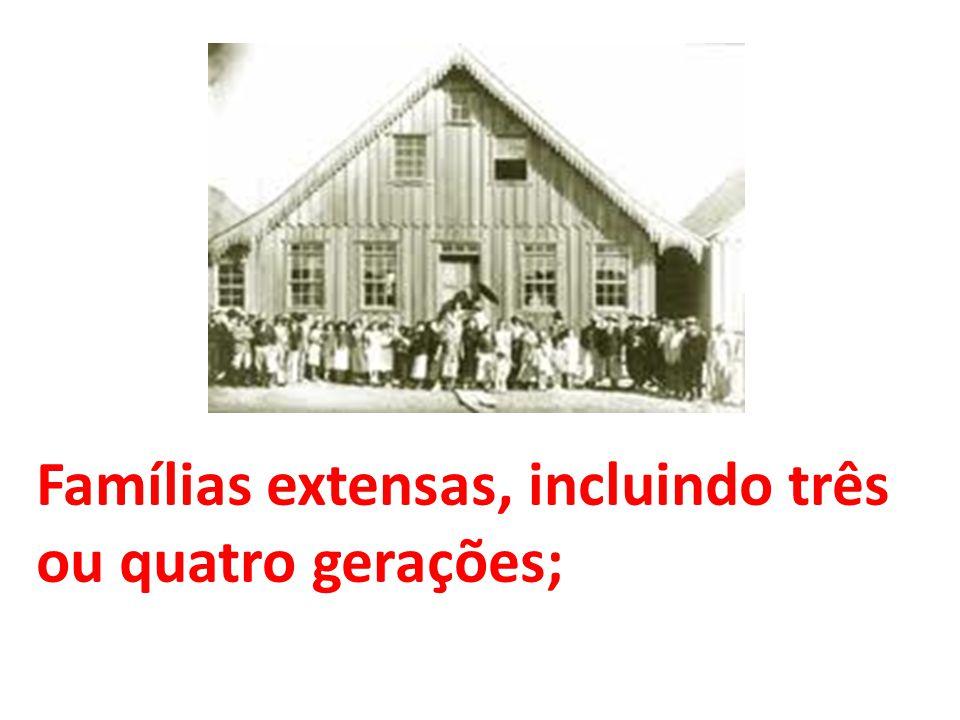 Famílias extensas, incluindo três ou quatro gerações;
