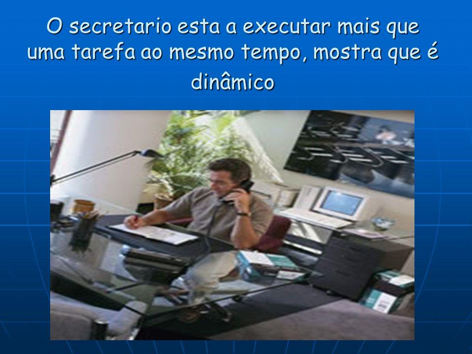 O secretario esta a executar mais que uma tarefa ao mesmo tempo, mostra que é dinâmico