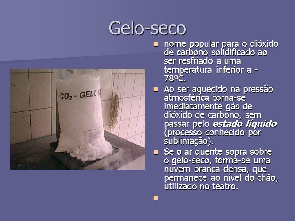 Gelo-seco nome popular para o dióxido de carbono solidificado ao ser resfriado a uma temperatura inferior a -78ºC.