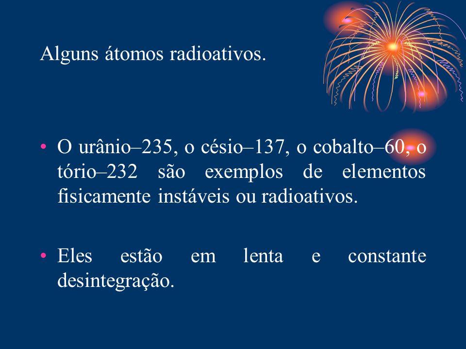 Alguns átomos radioativos.