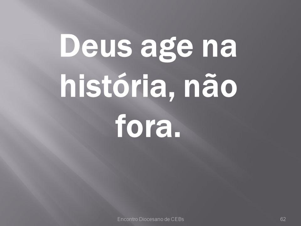 Deus age na história, não fora.