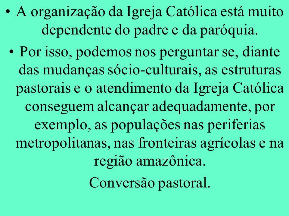 A organização da Igreja Católica está muito dependente do padre e da paróquia.