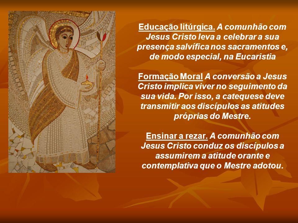 Educação litúrgica. A comunhão com Jesus Cristo leva a celebrar a sua presença salvífica nos sacramentos e, de modo especial, na Eucaristia