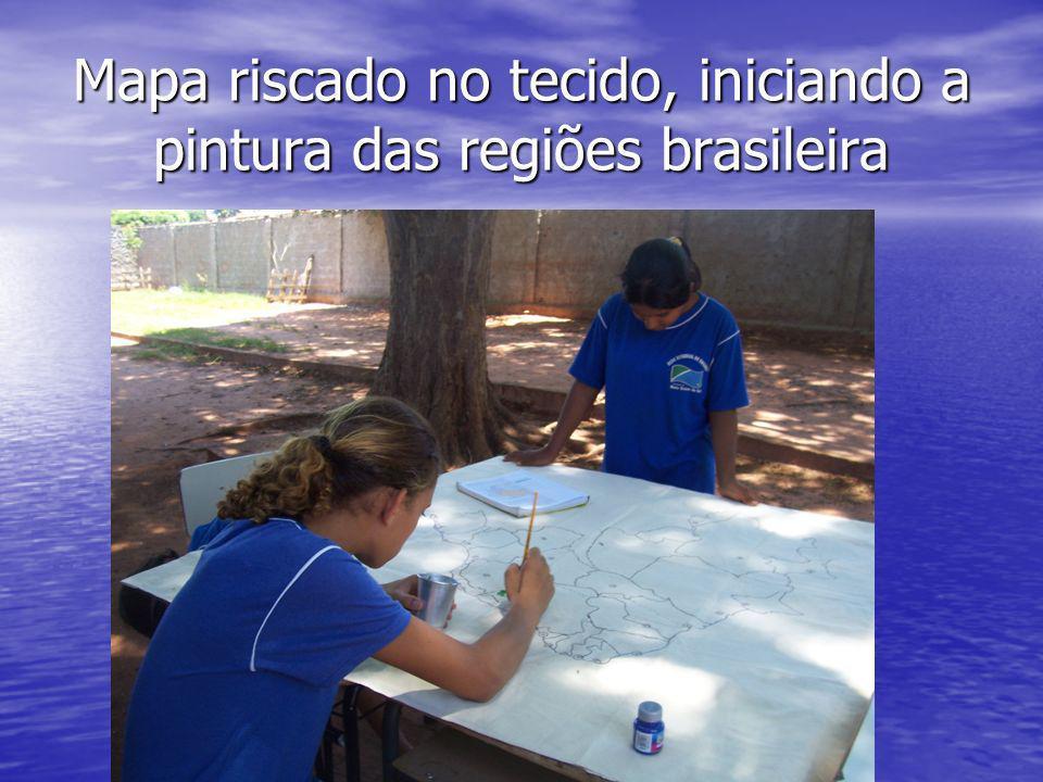 Mapa riscado no tecido, iniciando a pintura das regiões brasileira