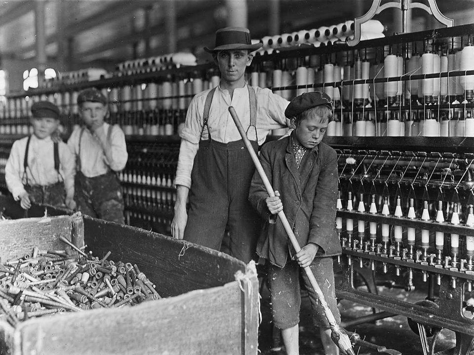 Impactos sociaisNovas relações de trabalho: trabalhador só é dono de sua própria força de trabalho.