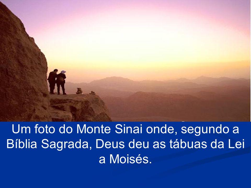 Um foto do Monte Sinai onde, segundo a Bíblia Sagrada, Deus deu as tábuas da Lei a Moisés.