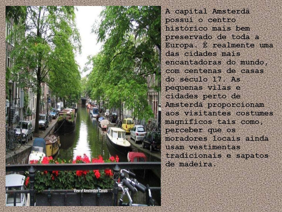 A capital Amsterdã possui o centro histórico mais bem preservado de toda a Europa.