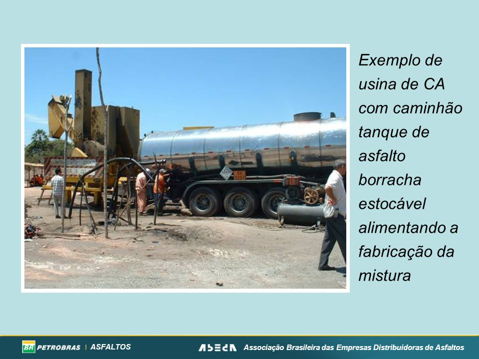 Exemplo de usina de CA com caminhão tanque de asfalto borracha estocável alimentando a fabricação da mistura