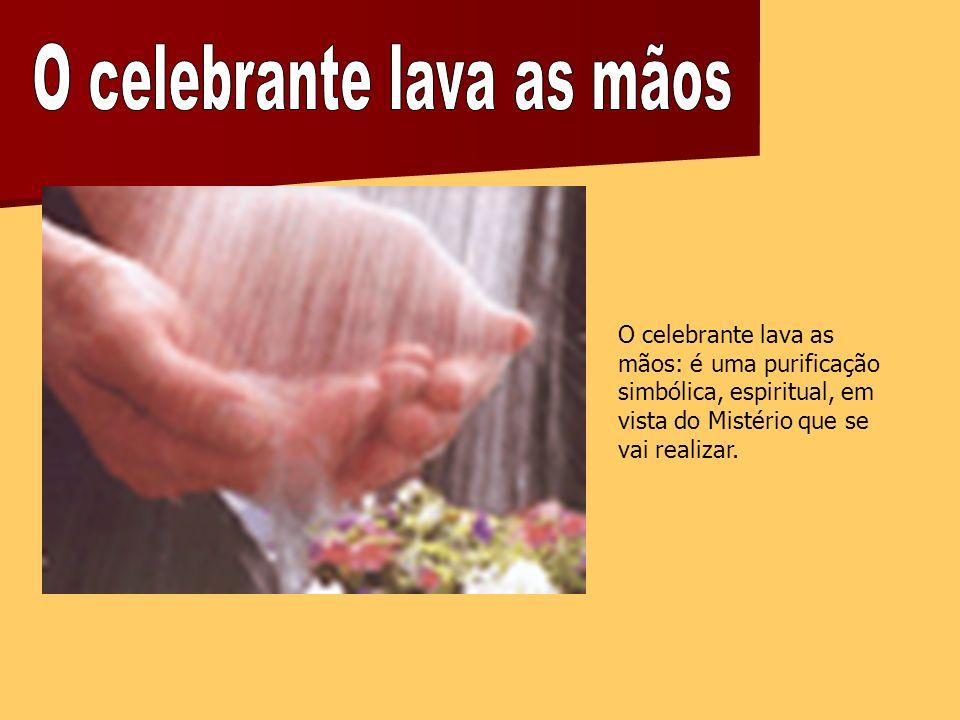 O celebrante lava as mãos