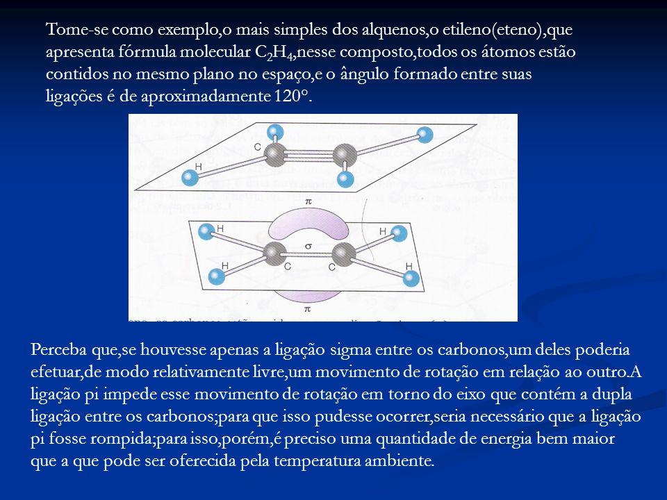 Tome-se como exemplo,o mais simples dos alquenos,o etileno(eteno),que apresenta fórmula molecular C2H4,nesse composto,todos os átomos estão contidos no mesmo plano no espaço,e o ângulo formado entre suas ligações é de aproximadamente 120°.