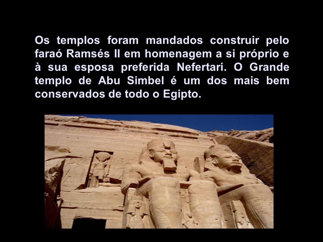 Os templos foram mandados construir pelo faraó Ramsés II em homenagem a si próprio e à sua esposa preferida Nefertari.