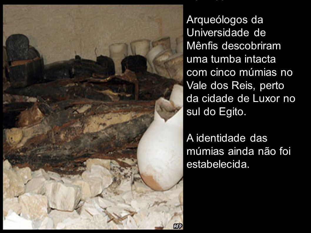 Tumba Arqueólogos da Universidade de Mênfis descobriram uma tumba intacta com cinco múmias no Vale dos Reis, perto da cidade de Luxor no sul do Egito.