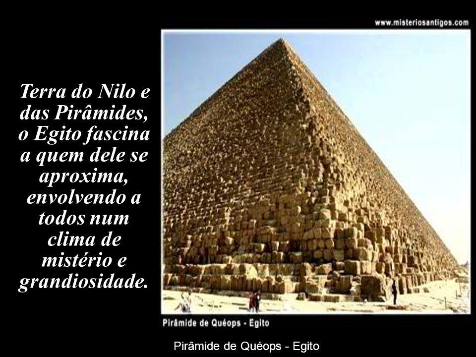 Terra do Nilo e das Pirâmides, o Egito fascina a quem dele se aproxima, envolvendo a todos num clima de mistério e grandiosidade.