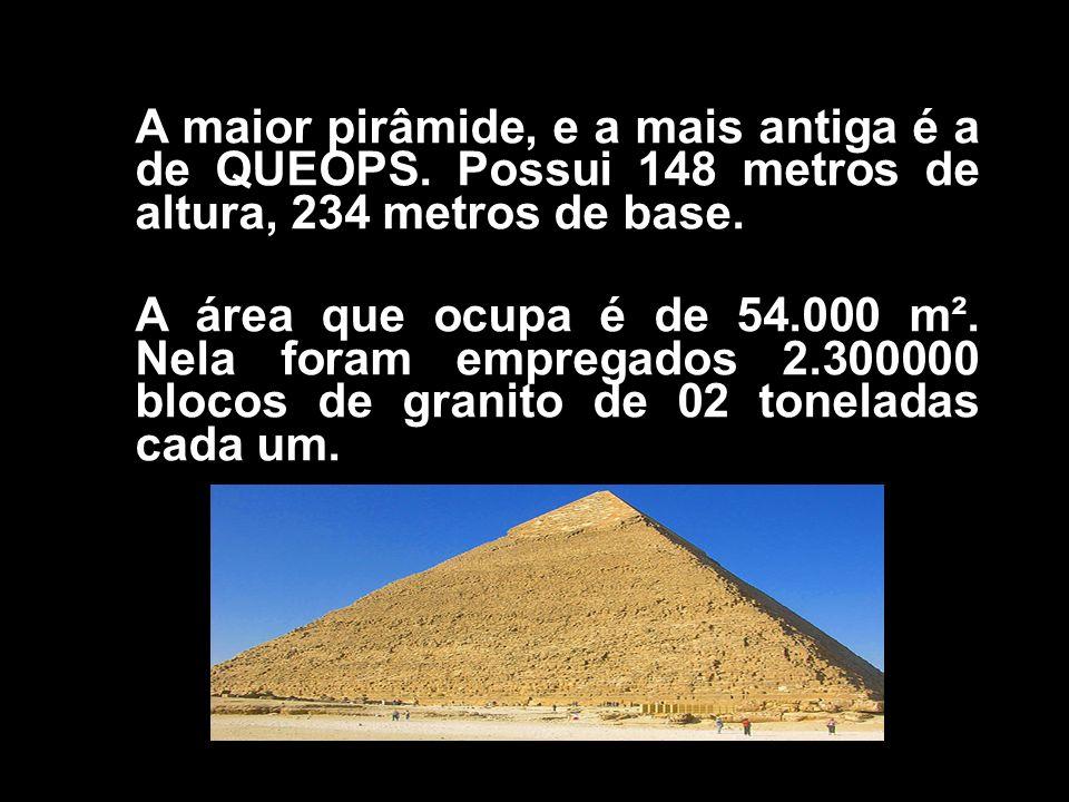 A maior pirâmide, e a mais antiga é a de QUEOPS