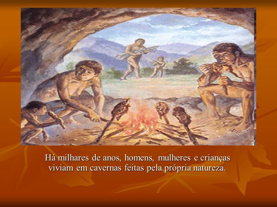 Há milhares de anos, homens, mulheres e crianças viviam em cavernas feitas pela própria natureza.