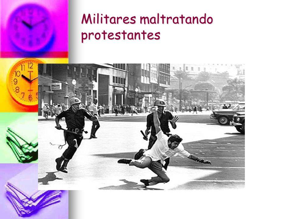 Militares maltratando protestantes