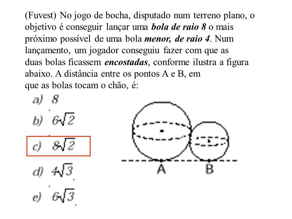 (Fuvest) No jogo de bocha, disputado num terreno plano, o objetivo é conseguir lançar uma bola de raio 8 o mais