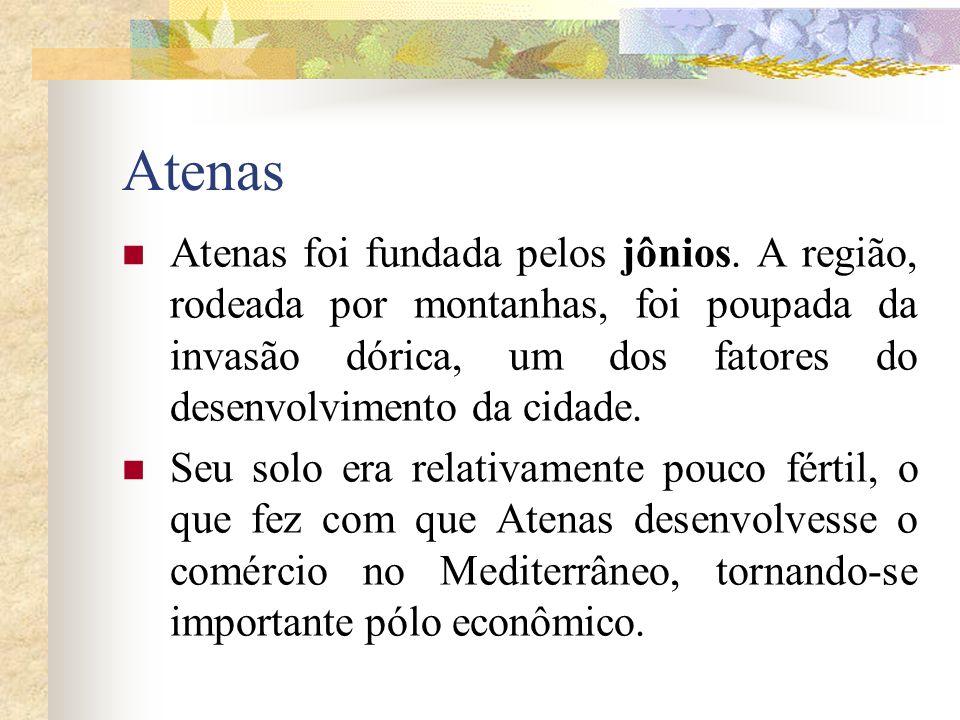 Atenas Atenas foi fundada pelos jônios. A região, rodeada por montanhas, foi poupada da invasão dórica, um dos fatores do desenvolvimento da cidade.