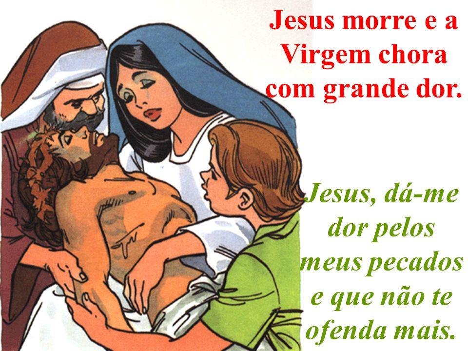 Jesus morre e a Virgem chora com grande dor.