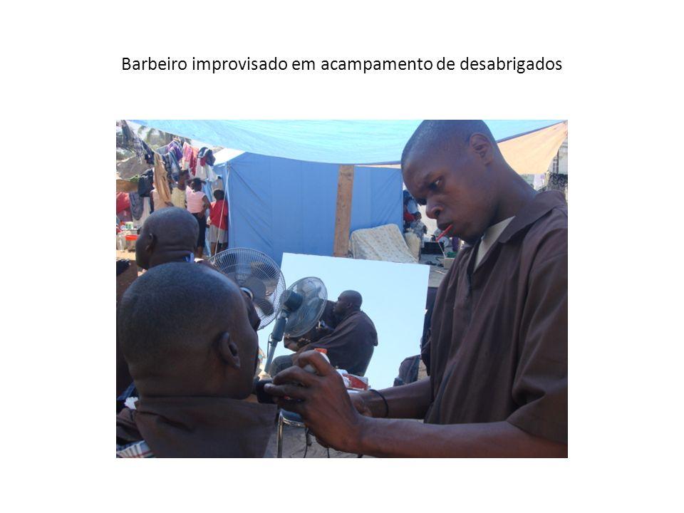 Barbeiro improvisado em acampamento de desabrigados