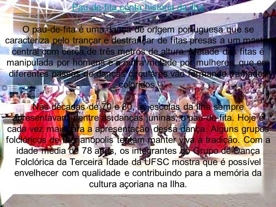 Pau-de-fita conta história da ilha O pau-de-fita é uma dança de origem portuguesa que se caracteriza pelo trançar e destrançar de fitas presas a um mastro central com cerca de três metros de altura.