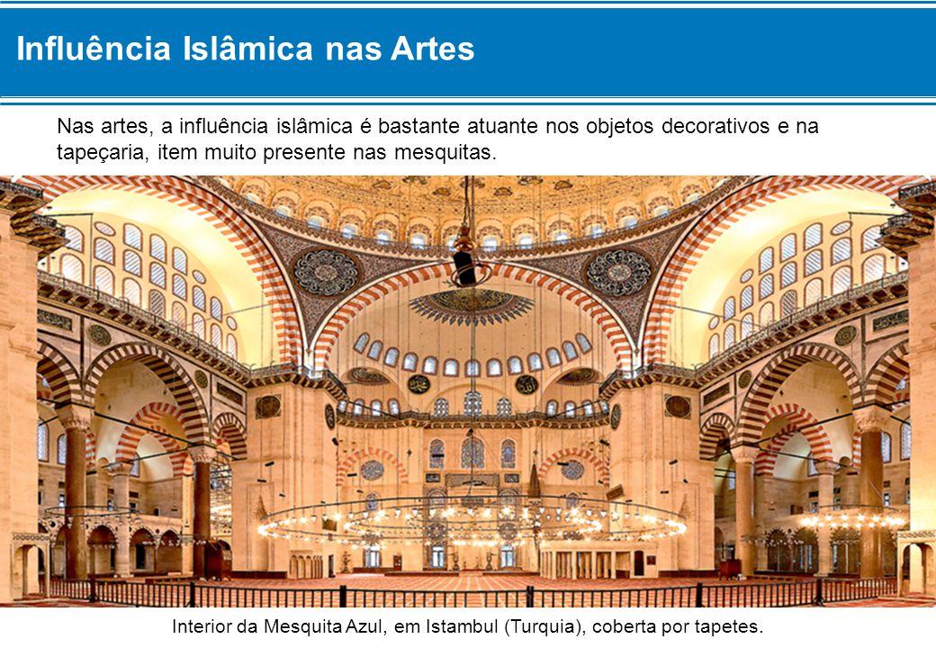 Interior da Mesquita Azul, em Istambul (Turquia), coberta por tapetes.
