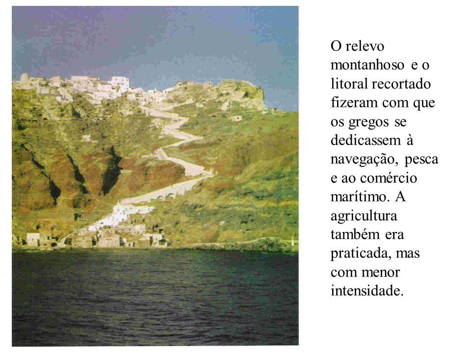O relevo montanhoso e o litoral recortado fizeram com que os gregos se dedicassem à navegação, pesca e ao comércio marítimo.