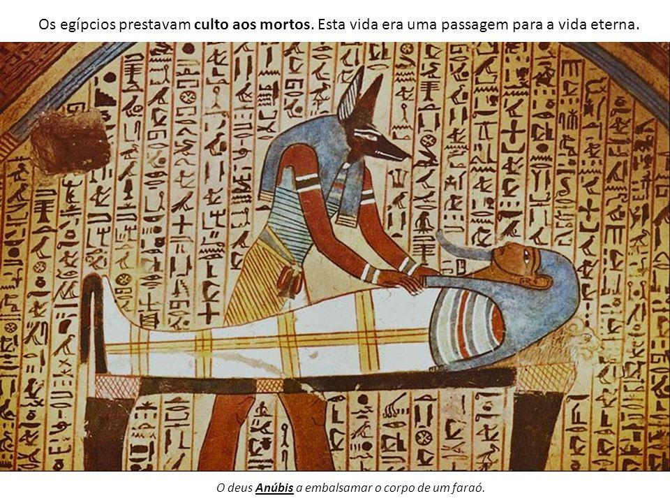Os egípcios prestavam culto aos mortos