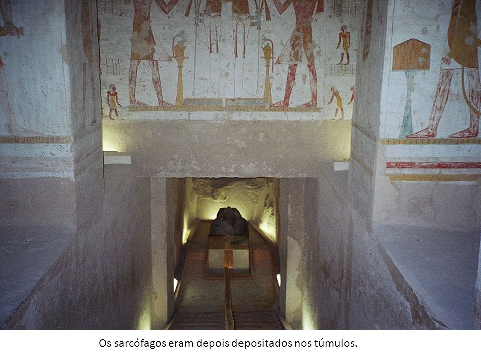 Os sarcófagos eram depois depositados nos túmulos.