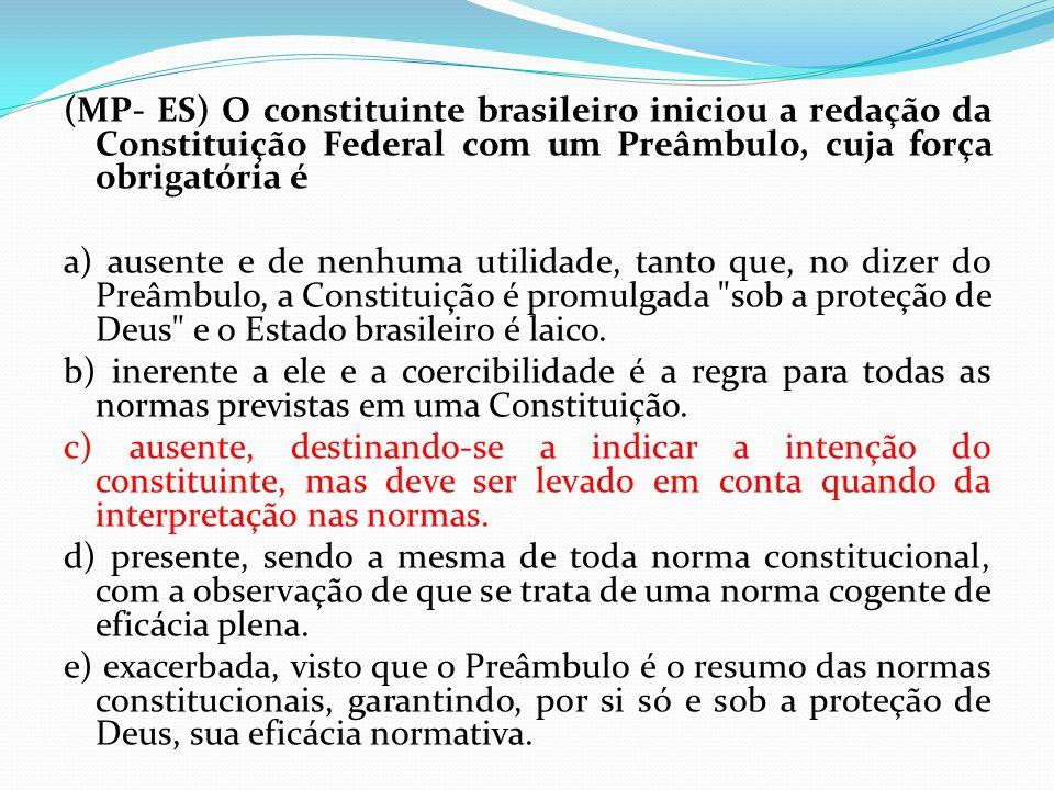 (MP- ES) O constituinte brasileiro iniciou a redação da Constituição Federal com um Preâmbulo, cuja força obrigatória é