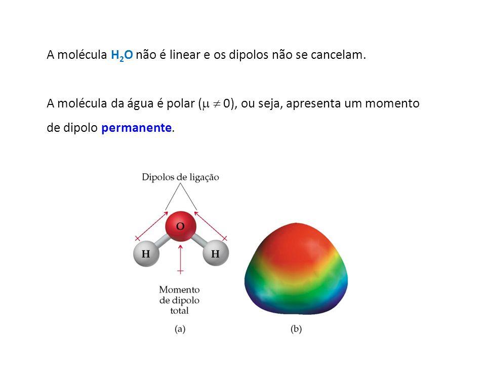 A molécula H2O não é linear e os dipolos não se cancelam.