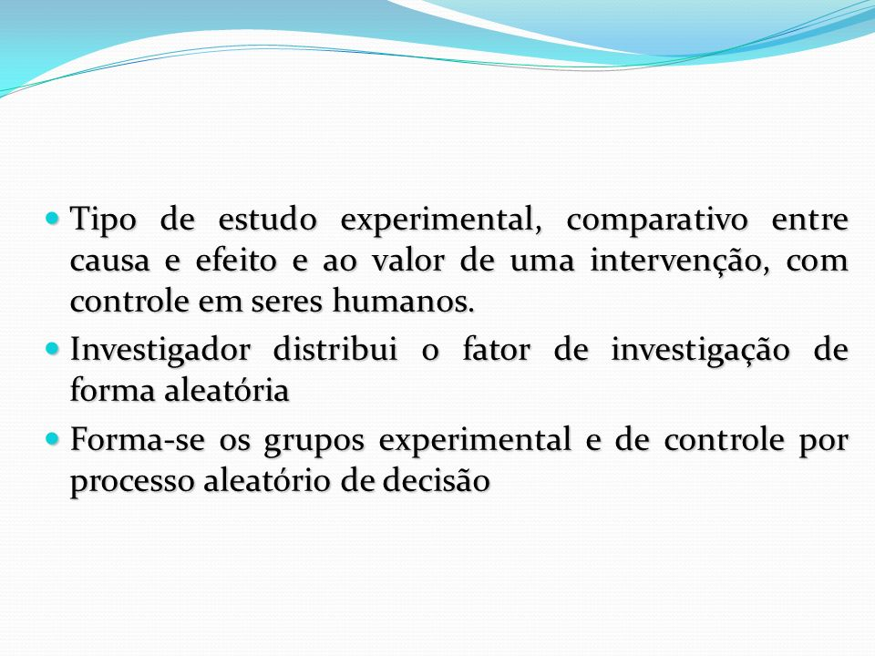 Tipo de estudo experimental, comparativo entre causa e efeito e ao valor de uma intervenção, com controle em seres humanos.