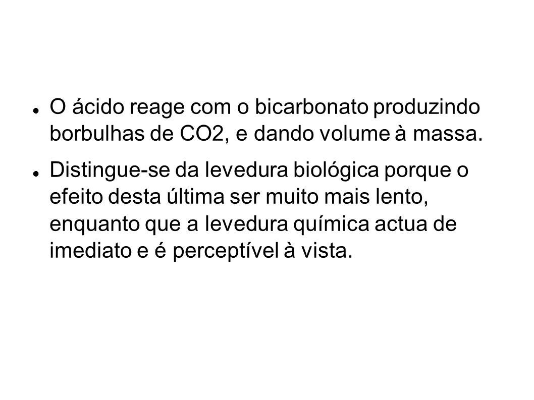 O ácido reage com o bicarbonato produzindo borbulhas de CO2, e dando volume à massa.
