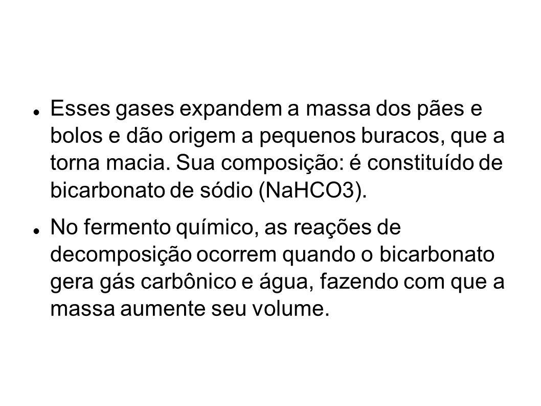 Esses gases expandem a massa dos pães e bolos e dão origem a pequenos buracos, que a torna macia. Sua composição: é constituído de bicarbonato de sódio (NaHCO3).