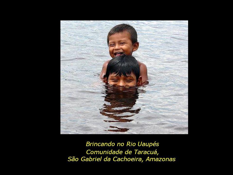 Brincando no Rio Uaupés Comunidade de Taracuá,