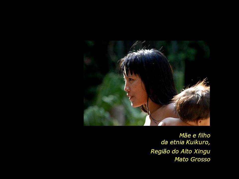 Mãe e filho da etnia Kuikuro, Região do Alto Xingu Mato Grosso