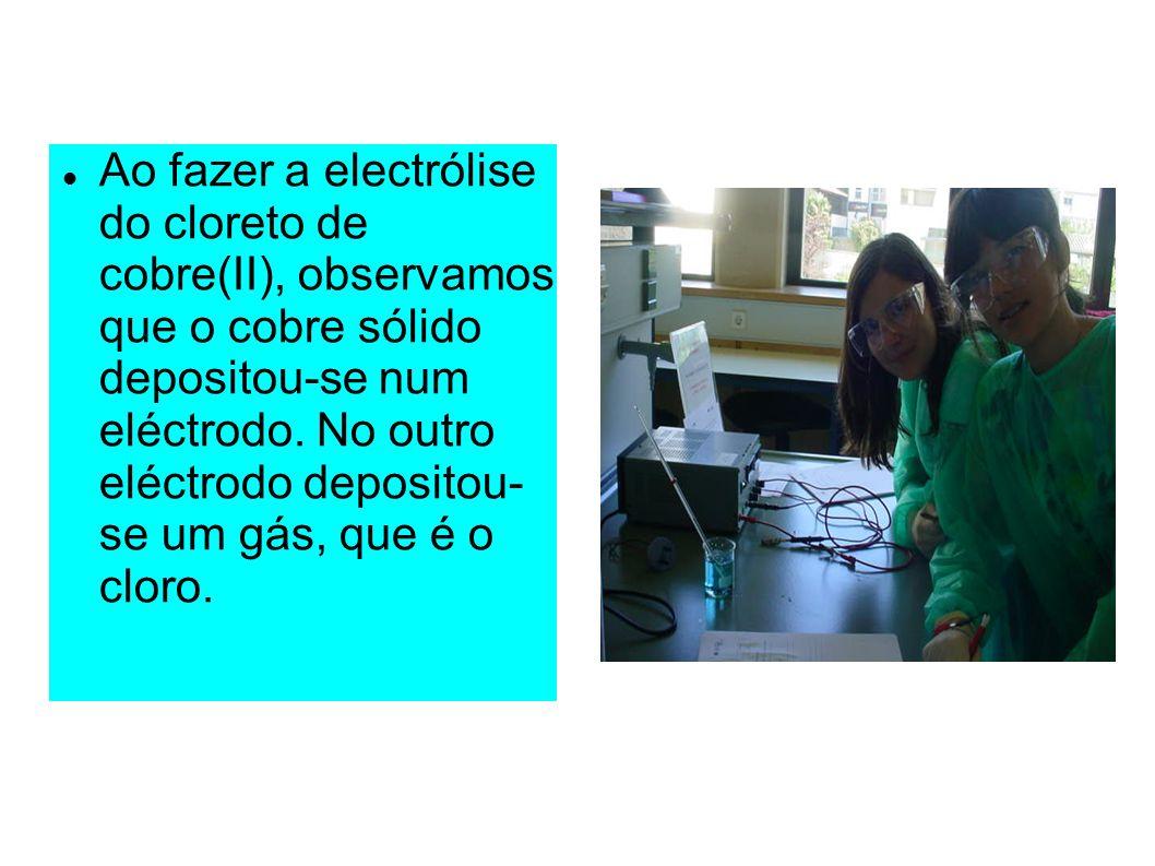 Ao fazer a electrólise do cloreto de cobre(II), observamos que o cobre sólido depositou-se num eléctrodo.
