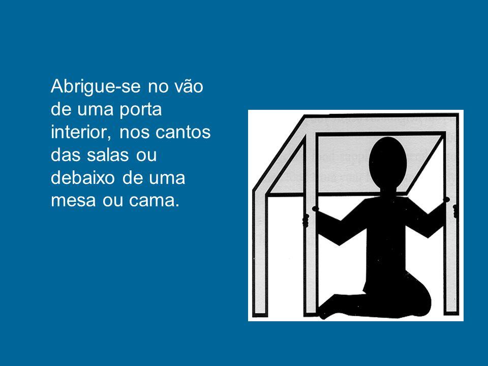 Abrigue-se no vão de uma porta interior, nos cantos das salas ou debaixo de uma mesa ou cama.