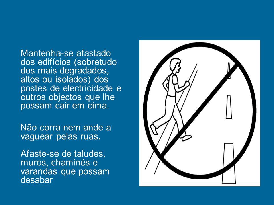 Mantenha-se afastado dos edifícios (sobretudo dos mais degradados, altos ou isolados) dos postes de electricidade e outros objectos que lhe possam cair em cima.