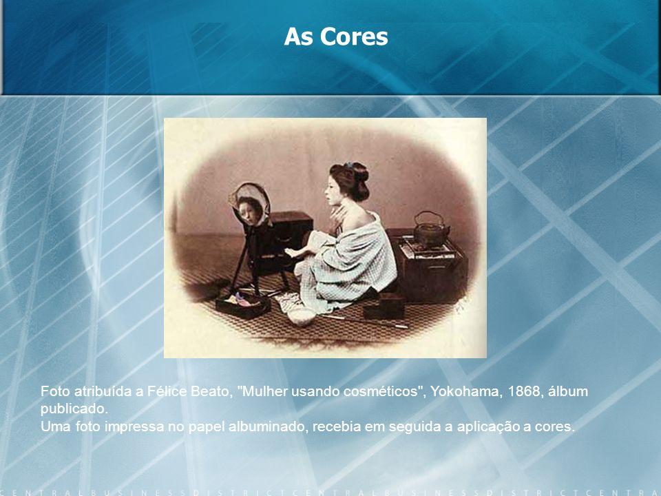 As CoresFoto atribuída a Félice Beato, Mulher usando cosméticos , Yokohama, 1868, álbum publicado.