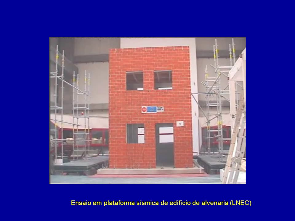 Ensaio em plataforma sísmica de edifício de alvenaria (LNEC)