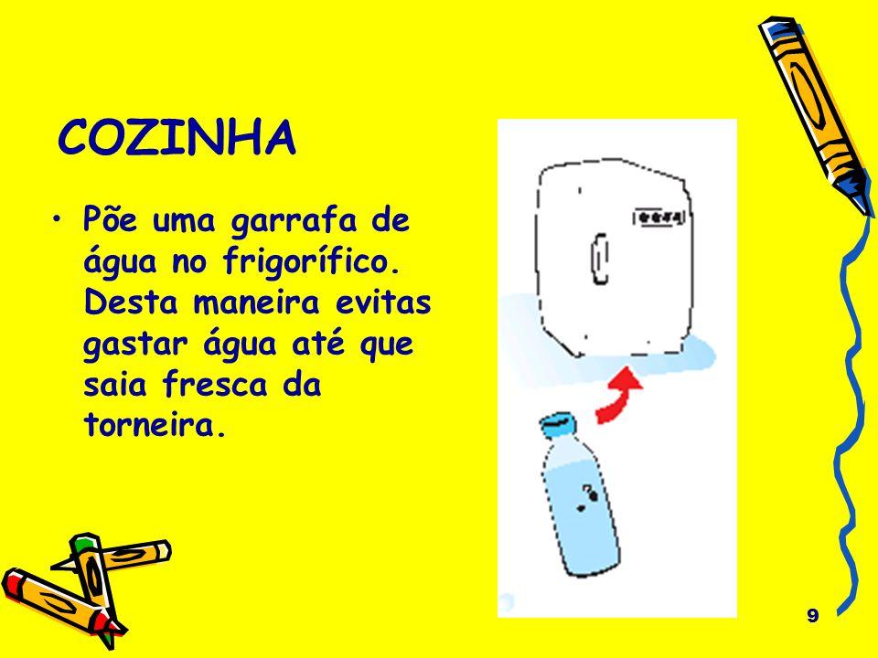 COZINHA Põe uma garrafa de água no frigorífico.