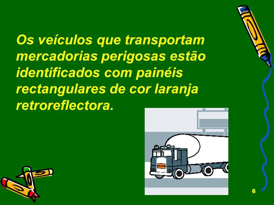 Os veículos que transportam mercadorias perigosas estão identificados com painéis rectangulares de cor laranja retroreflectora.
