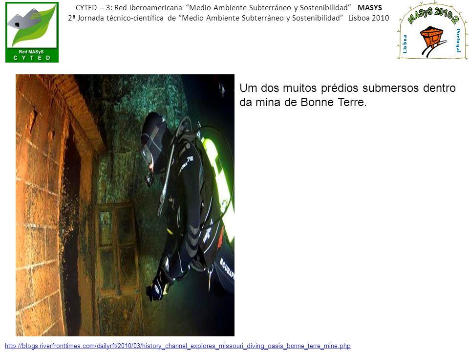 Um dos muitos prédios submersos dentro da mina de Bonne Terre.