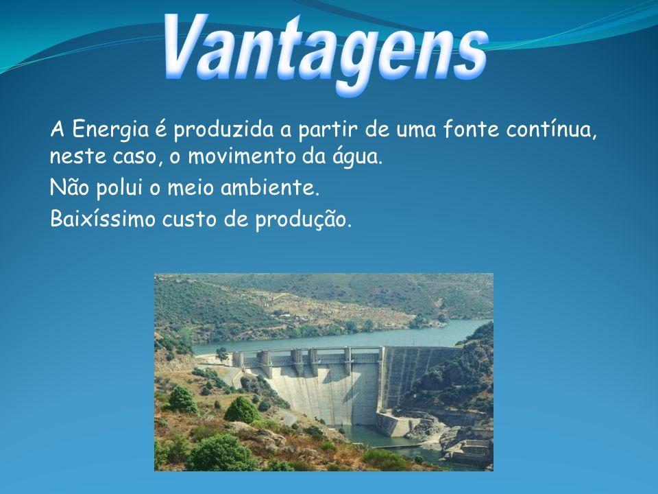 Vantagens A Energia é produzida a partir de uma fonte contínua, neste caso, o movimento da água. Não polui o meio ambiente.