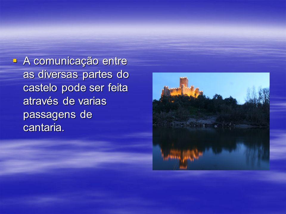 A comunicação entre as diversas partes do castelo pode ser feita através de varias passagens de cantaria.