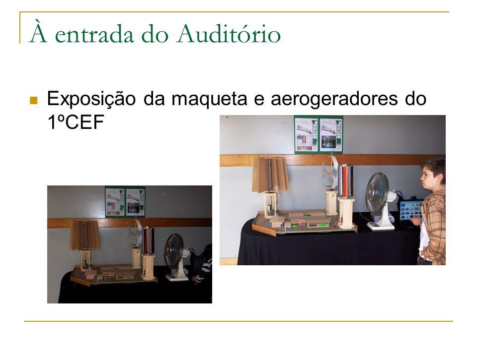 À entrada do Auditório Exposição da maqueta e aerogeradores do 1ºCEF