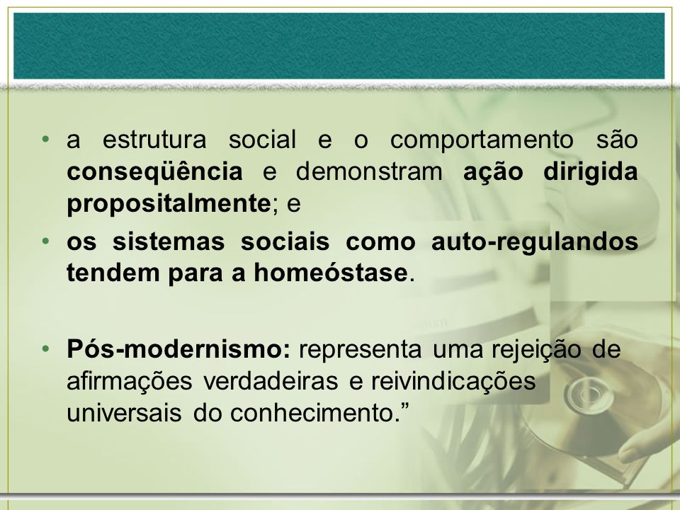 a estrutura social e o comportamento são conseqüência e demonstram ação dirigida propositalmente; e