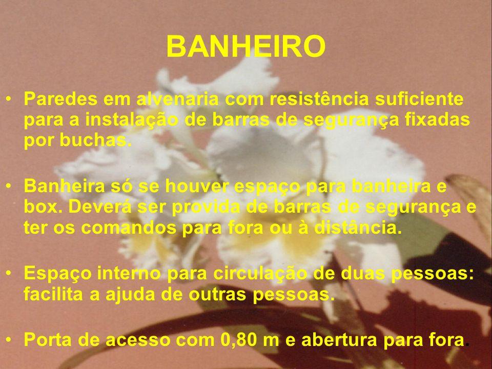 BANHEIRO Paredes em alvenaria com resistência suficiente para a instalação de barras de segurança fixadas por buchas.