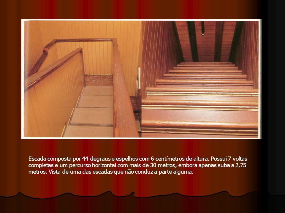 Escada composta por 44 degraus e espelhos com 6 centímetros de altura